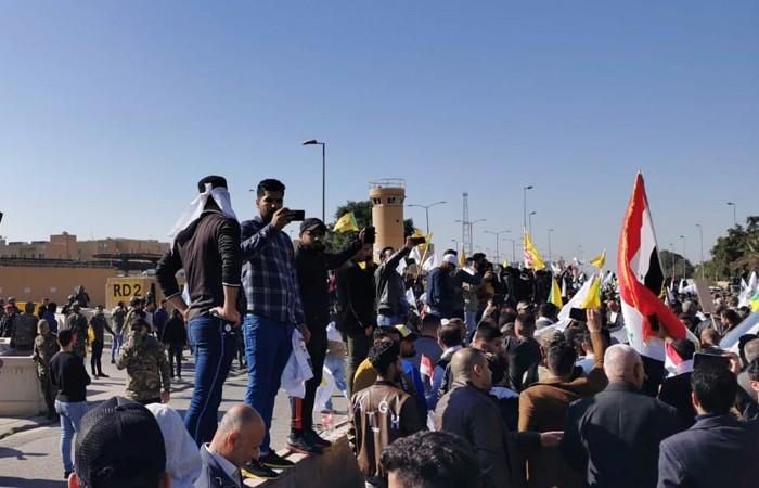 Демонстранты попытались взять штурмом посольство США в Багдаде