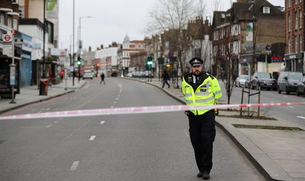 В Лондоне застрелили мужчину, напавшего на прохожих с ножом