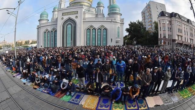 Тысячи мусульман собрались для молитвы против коронавируса