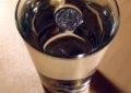 Зачем ставить в холодильник стакан со льдом и монеткой?
