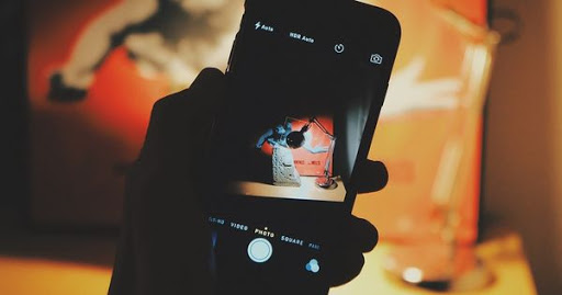 Instagram активирует камеру смартфона во время пролистывания ленты