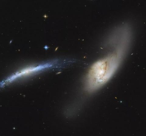 Телескоп заснял галактический «каннибализм»