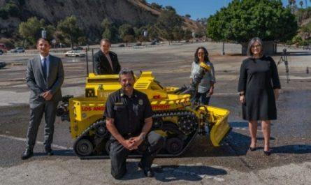 В США приняли на службу первого робота-пожарного