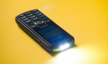 Philips Xenium E218: прочный корпус и неделя автономности