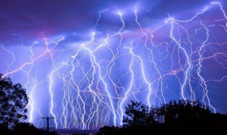 Учёные научились управлять молниями