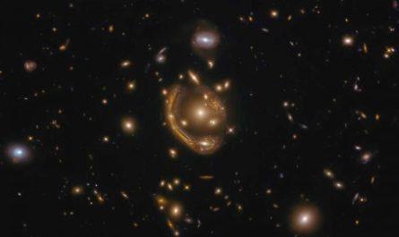 Астрономы засняли самое большое Кольцо Эйнштейна во Вселенной