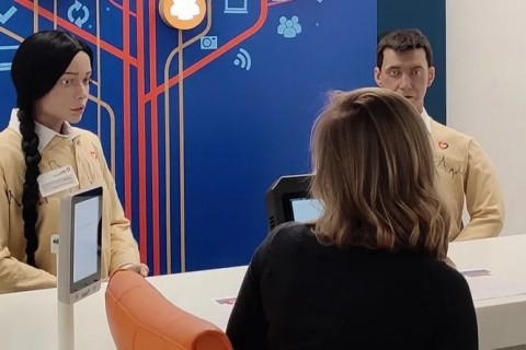 Человекоподобные роботы начали помогать москвичам оформлять госуслуги