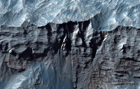 NASA показало фотографии самого большого каньона в Солнечной системе