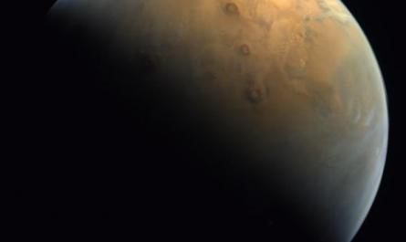 Арабский зонд прислал красивое изображение Марса