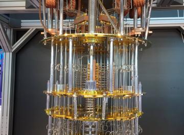 Сделано в Китае #259: квантовая ОС, контроль за техногигантами и выговор для Tesla