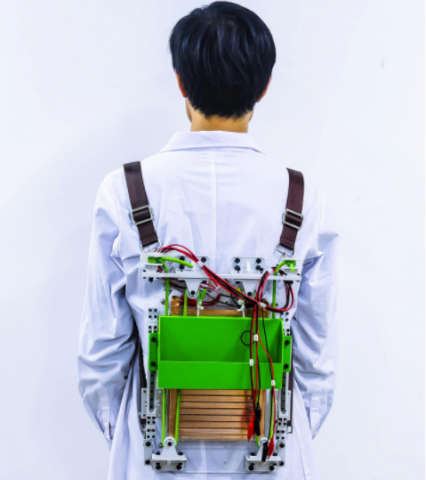 Создан рюкзак, генерирующий электричество во время ходьбы владельца