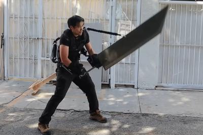 Блогер купил экзоскелет, чтобы поднять гигантский меч [ВИДЕО]