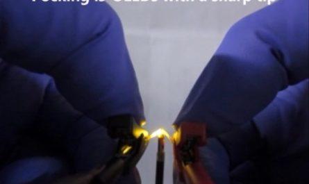«Резиновый» OLED-дисплей можно всячески растягивать [ФОТО]