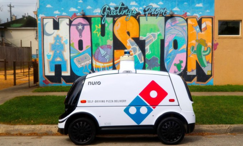 Беспилотный автомобиль записался в доставщики пиццы [ВИДЕО]