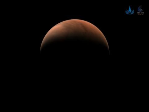 Китайский зонд прислал фото Марса в виде полумесяца