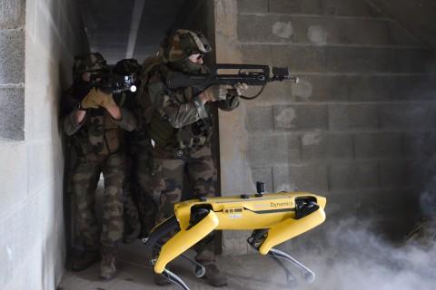 Spot спит, служба идёт: робот разрядился на военных учениях [ВИДЕО]