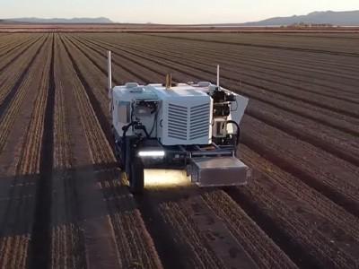 Беспилотный трактор отстреливает лазером 100 000 сорняков в час [ВИДЕО]