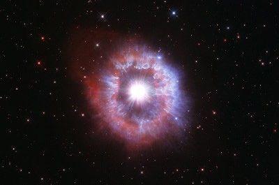 «Хаббл» снял гигантскую звезду на грани смерти [ВИДЕО]