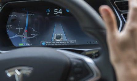 Электрокары Tesla начали следить за владельцами