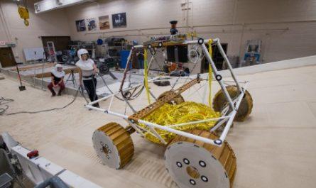 NASA отправит на Луну автономного робота с фарами