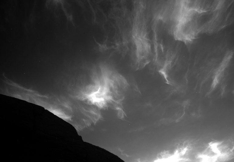 Ровер Curiosity заснял сумеречные облака на Марсе [ФОТО]