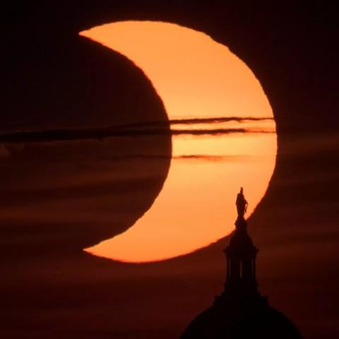 Сотрудник NASA сделал потрясающие снимки солнечного затмения [ФОТО]