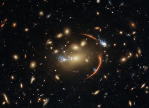 «Хаббл» сфотографировал спящую галактику через космическую линзу