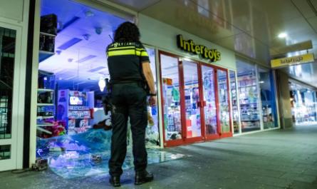 Преступники протаранили магазин грузовиком, чтобы украсть карточки Pokemon