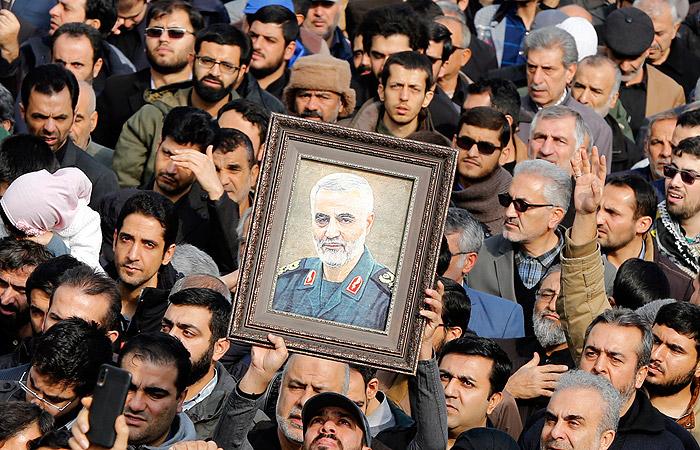 Иранцы вышли на улицы почтить память убитого генерала Сулеймани