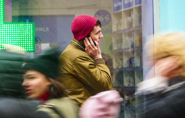 Роспотребнадзор рекомендовал не держать мобильники в карманах брюк