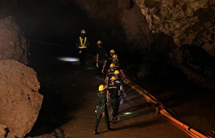 Умер один из спасателей, вызволивших 12 детей из пещеры в Таиланде