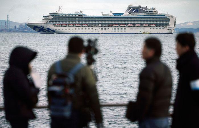 Тысячи пассажиров круизного лайнера Diamond Princess проведут две недели на карантине